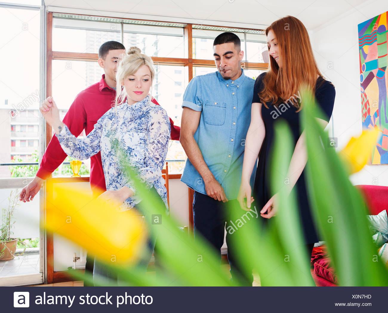 Les jeunes adultes dans la salle de séjour Photo Stock