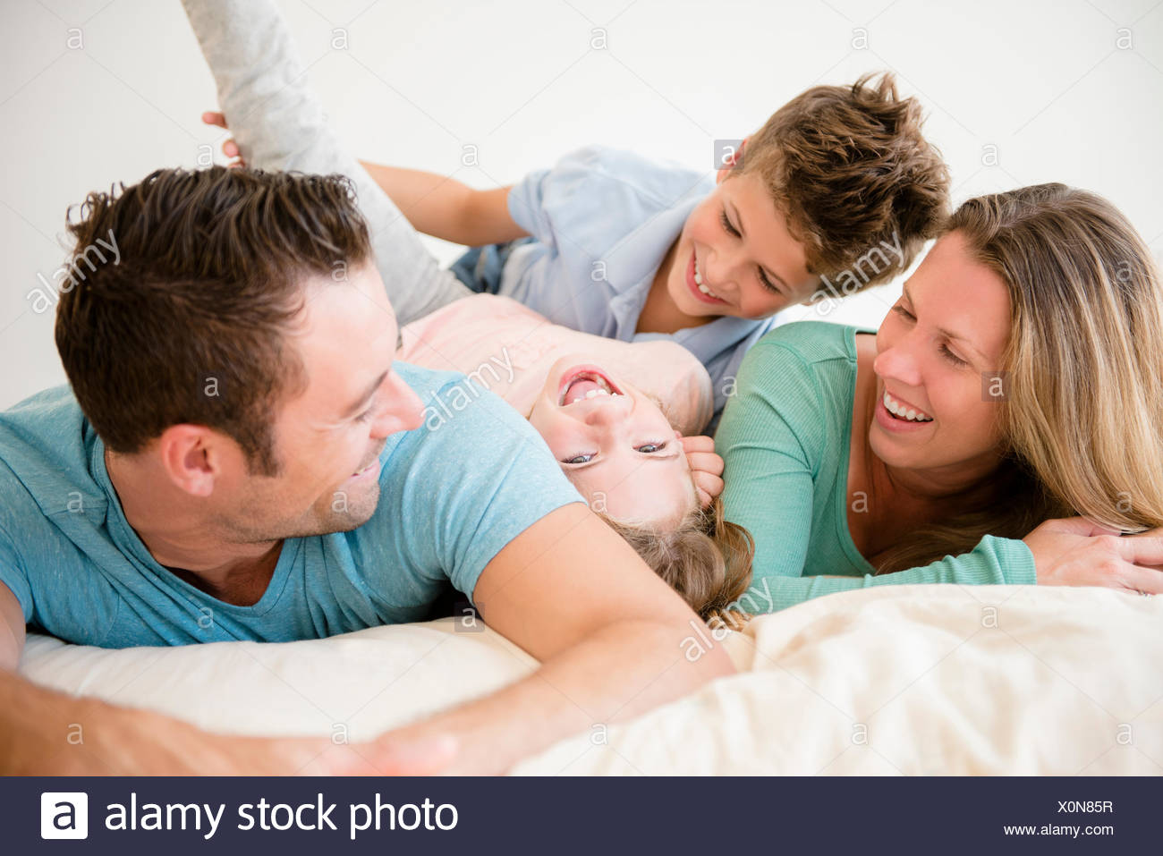 Famille avec deux enfants (6-7, 8-9) dans la chambre Photo Stock