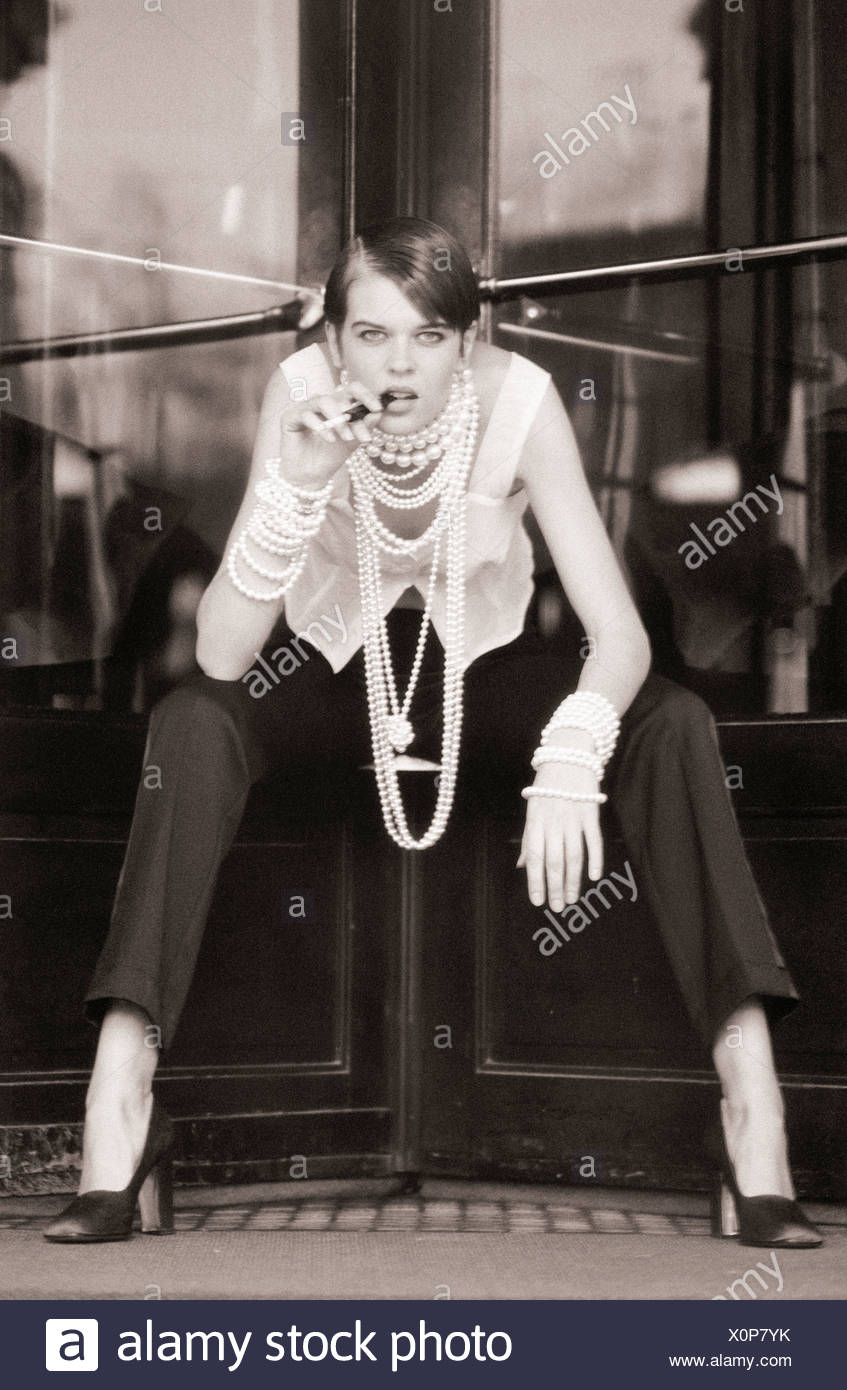 Femme assise avec les jambes écartées, b&w Photo Stock