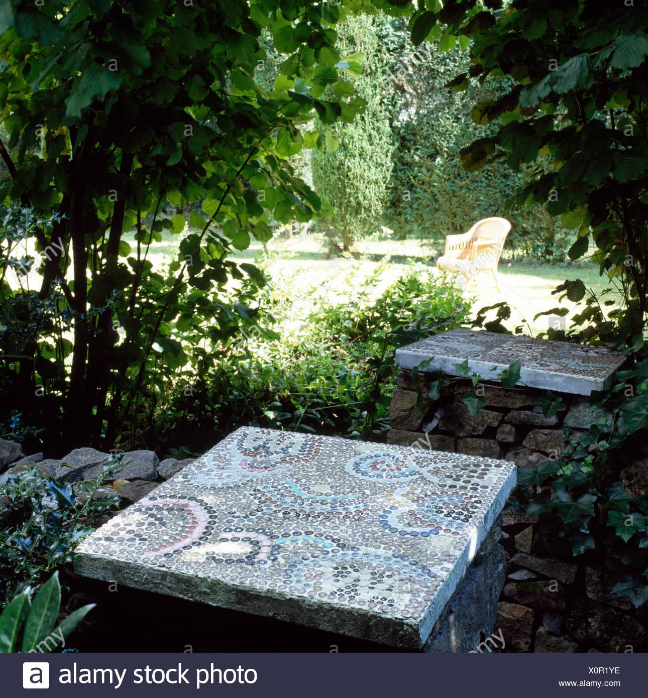 Table béton carreaux de mosaïque et de son siège dans le ...