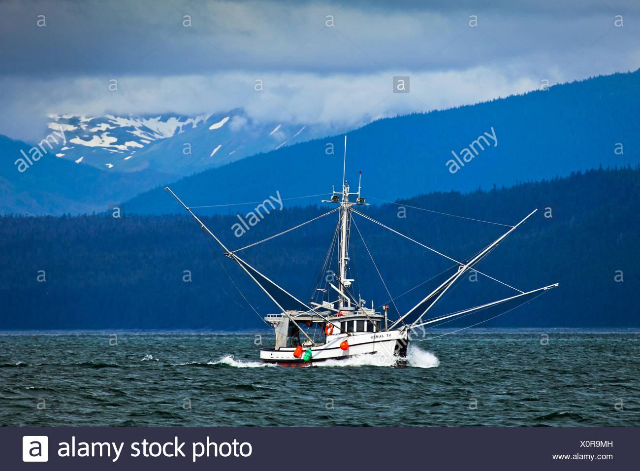 Un bateau de pêche à proximité de l'Île Chichagof, Glacier Bay National Park & Préserver, sud-est de l'Alaska, l'été Photo Stock