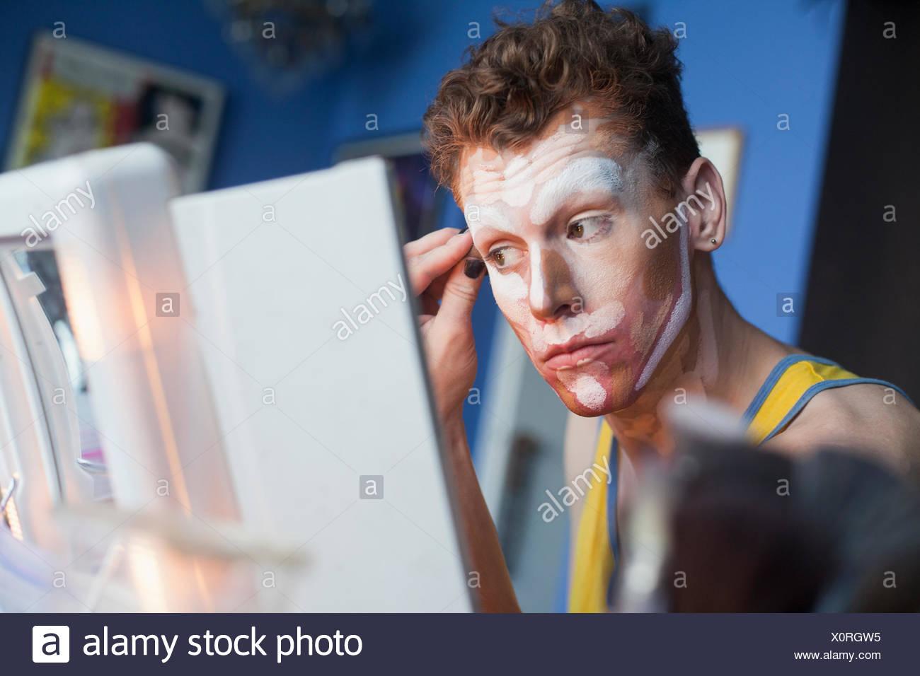 Jeune homme l'application faites glisser un miroir Photo Stock