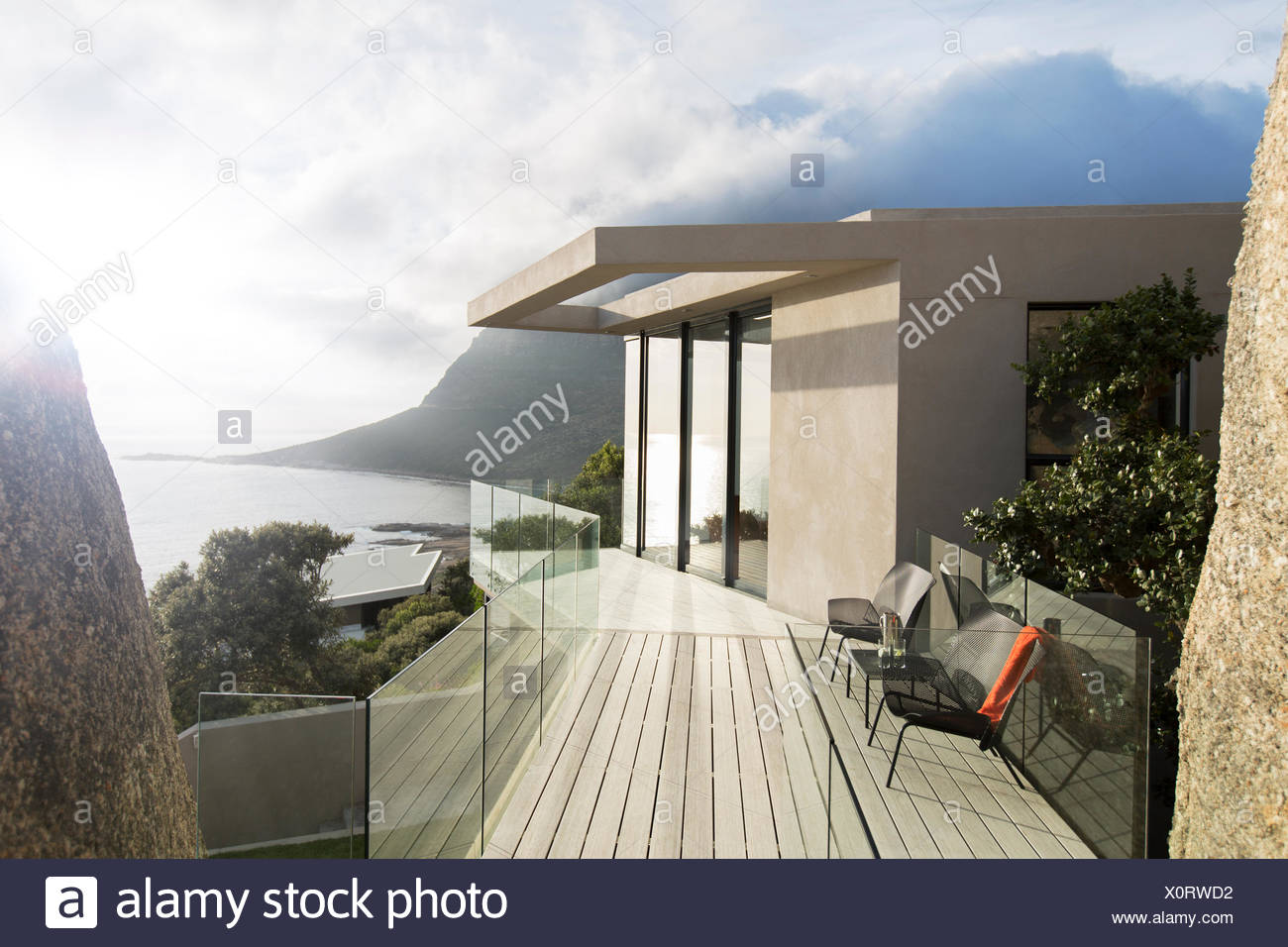 Balcon en bois de maison moderne Photo Stock