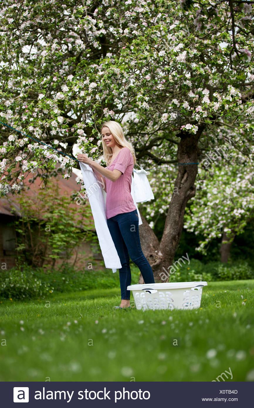 Une jeune femme traînant lave au printemps Photo Stock