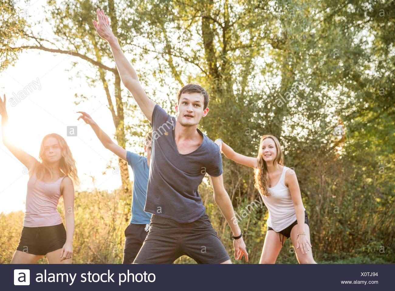 Groupe d'amis exerçant en milieu rural Photo Stock