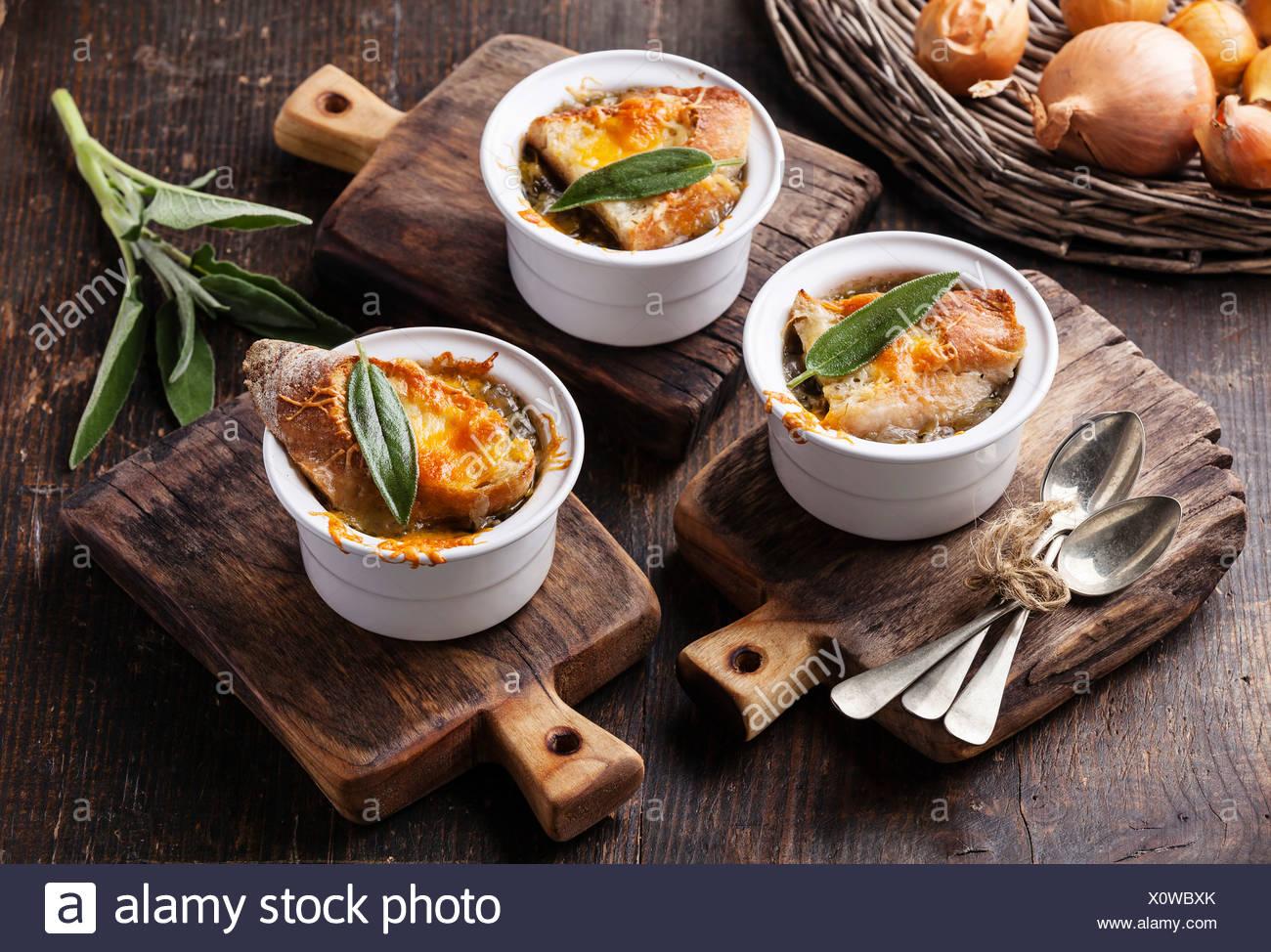 La soupe à l'oignon avec du pain sec, de la sauge et du fromage cheddar Photo Stock
