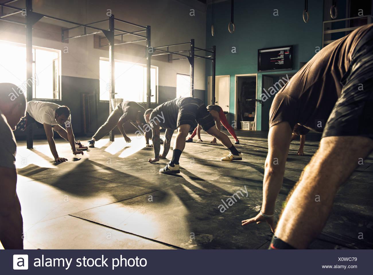 Formation de groupe remise en forme ensemble dans une salle de sport Photo Stock