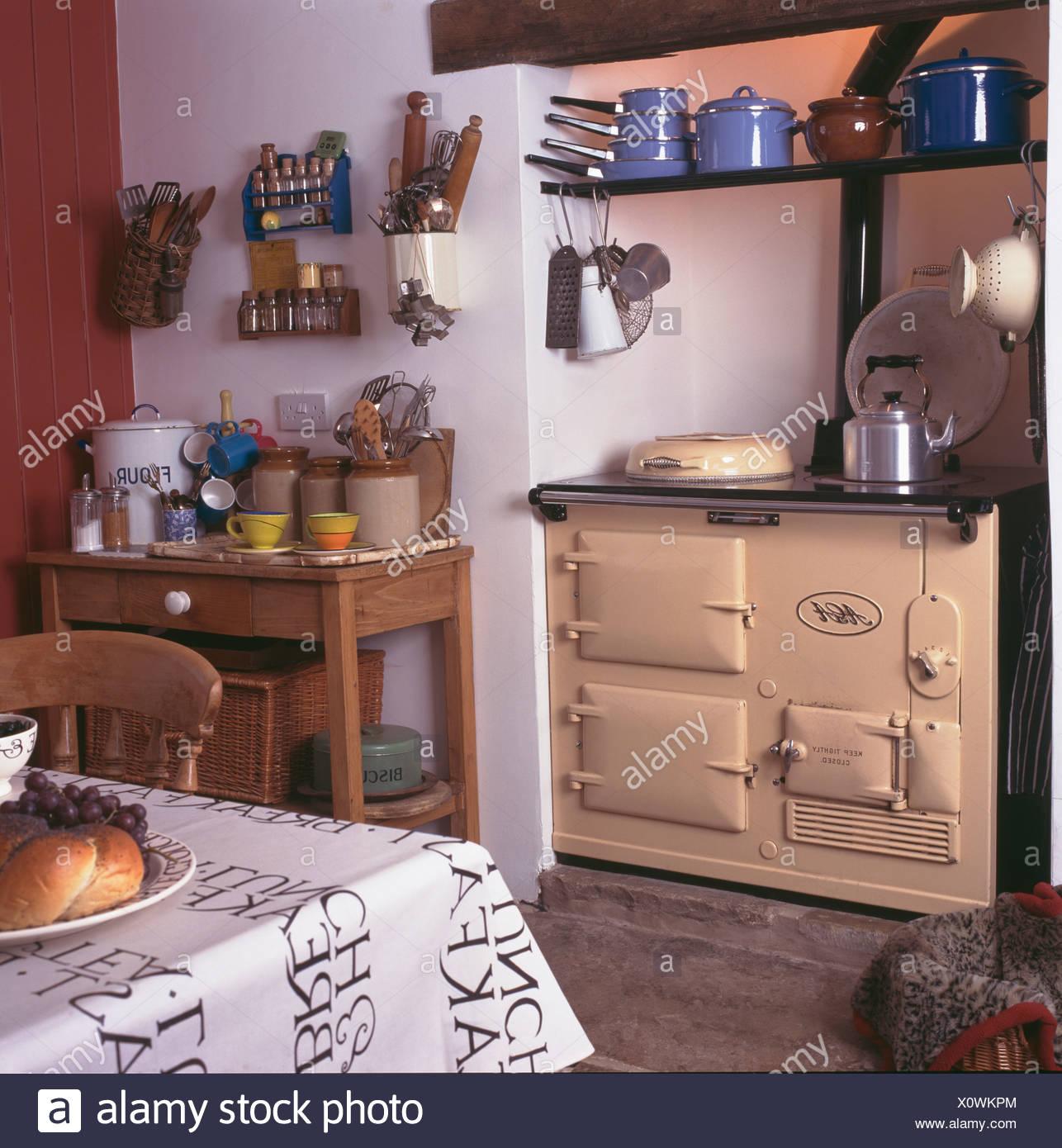 photos officielles 7e2ea 726cb Aga crème blanc cuisine four dans chalet avec jarres sur ...