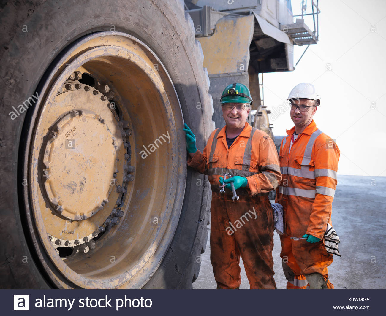 Workers standing par camion à la mine de charbon Photo Stock