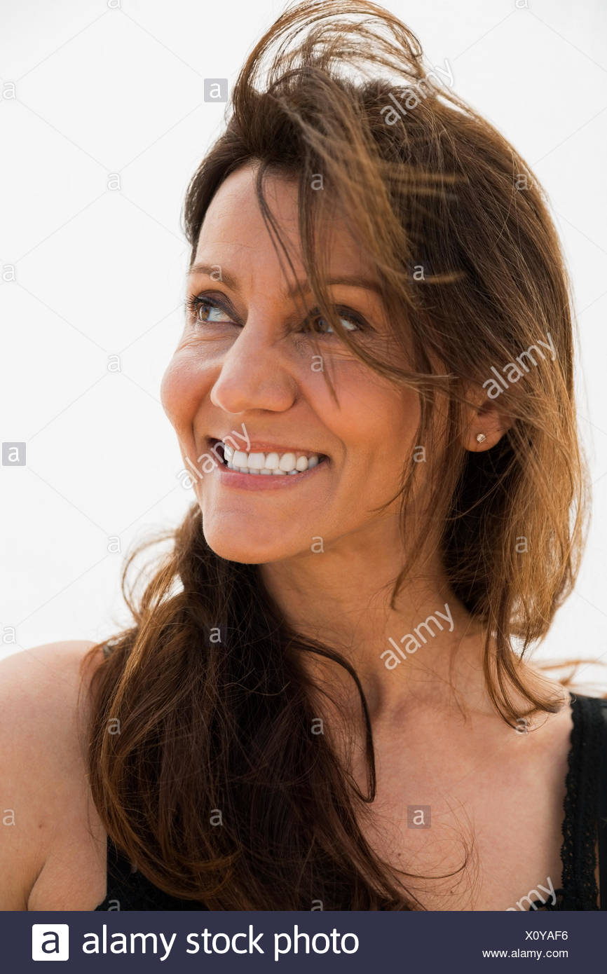 Fermer portrait smiling brunette woman looking away Photo Stock
