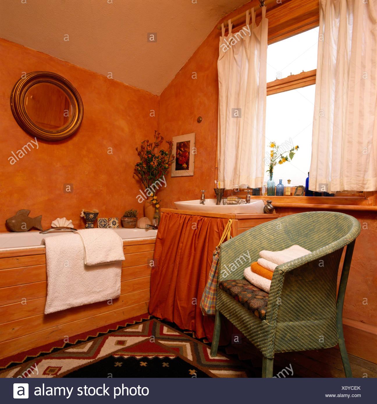 Peinture À L Éponge Sur Mur chaise lloyd loom peint et des rideaux blancs dans la salle