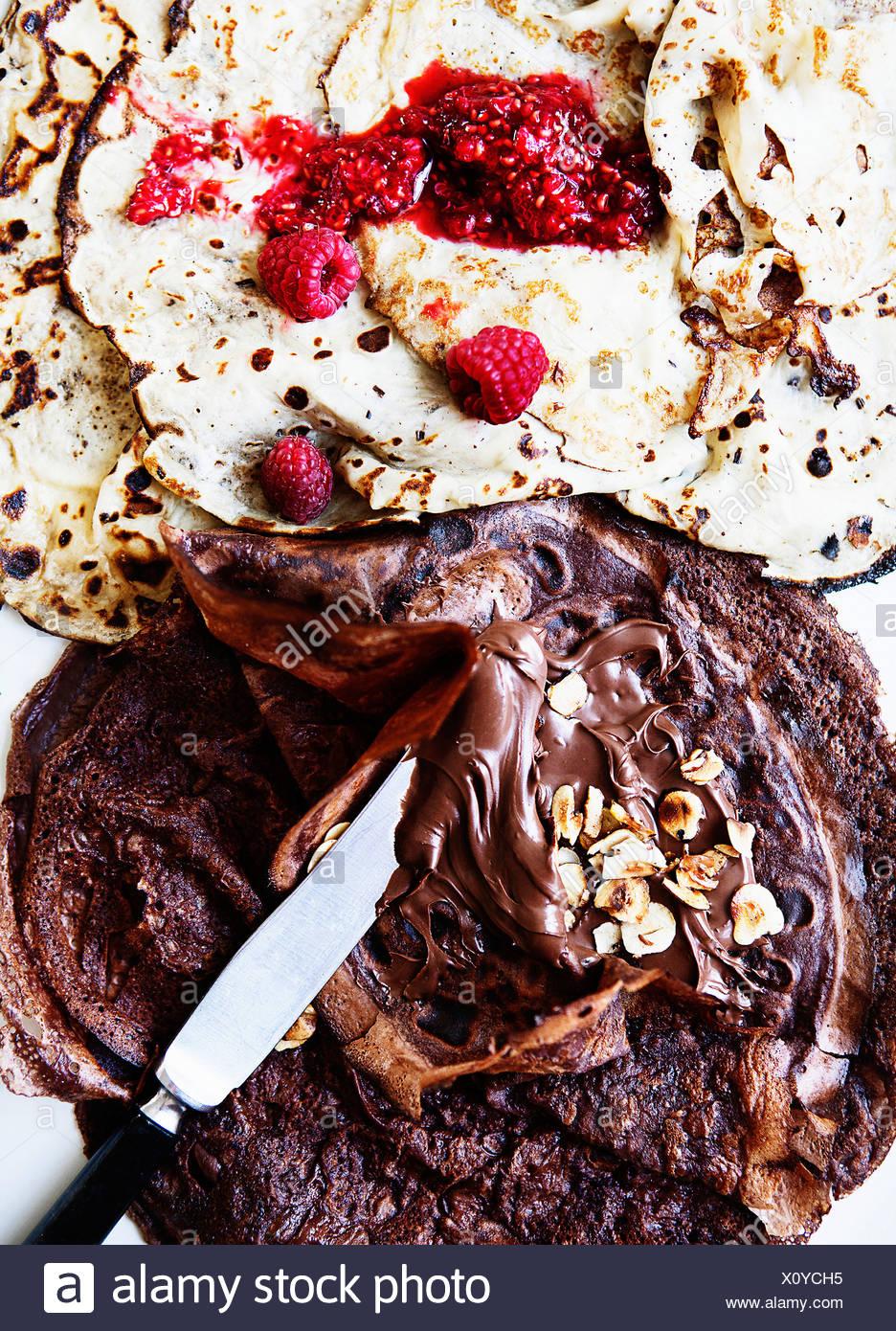 Fruits et chocolat à tartiner sur des crêpes Photo Stock