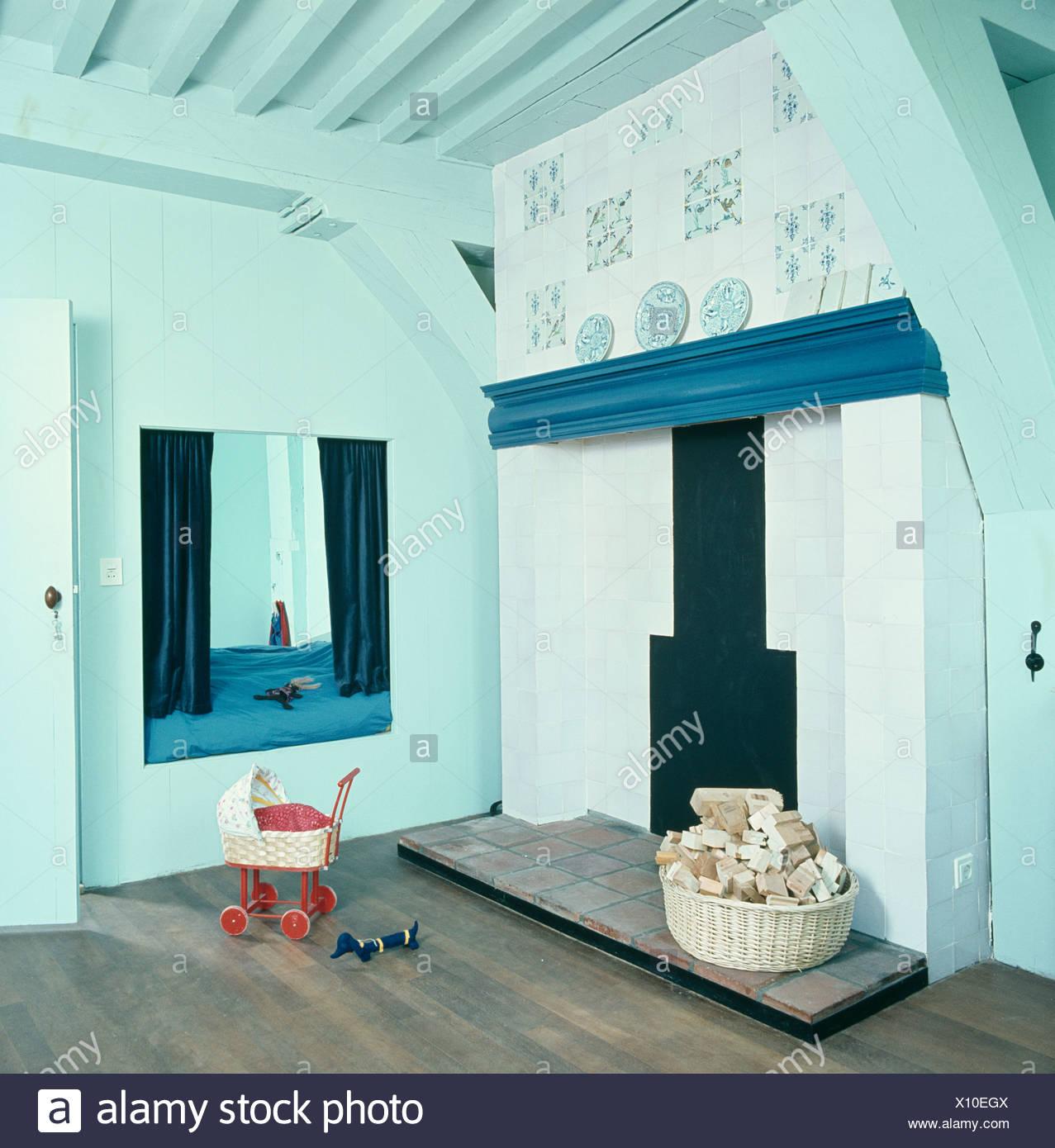 Sciage dans le panier à côté de cheminée en pastel turquoise ...