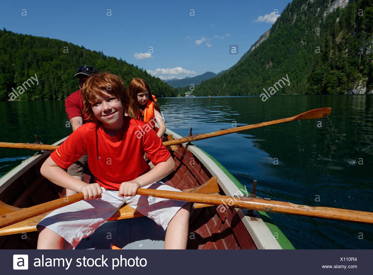 Les enfants dans un bateau à rames sur le lac Königssee, Berchtesgadener Land, district de Haute-bavière, Bavière, Allemagne Photo Stock