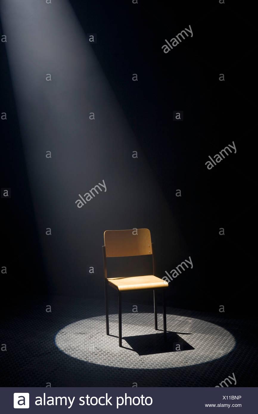 Un spot allumé chaise vide Photo Stock