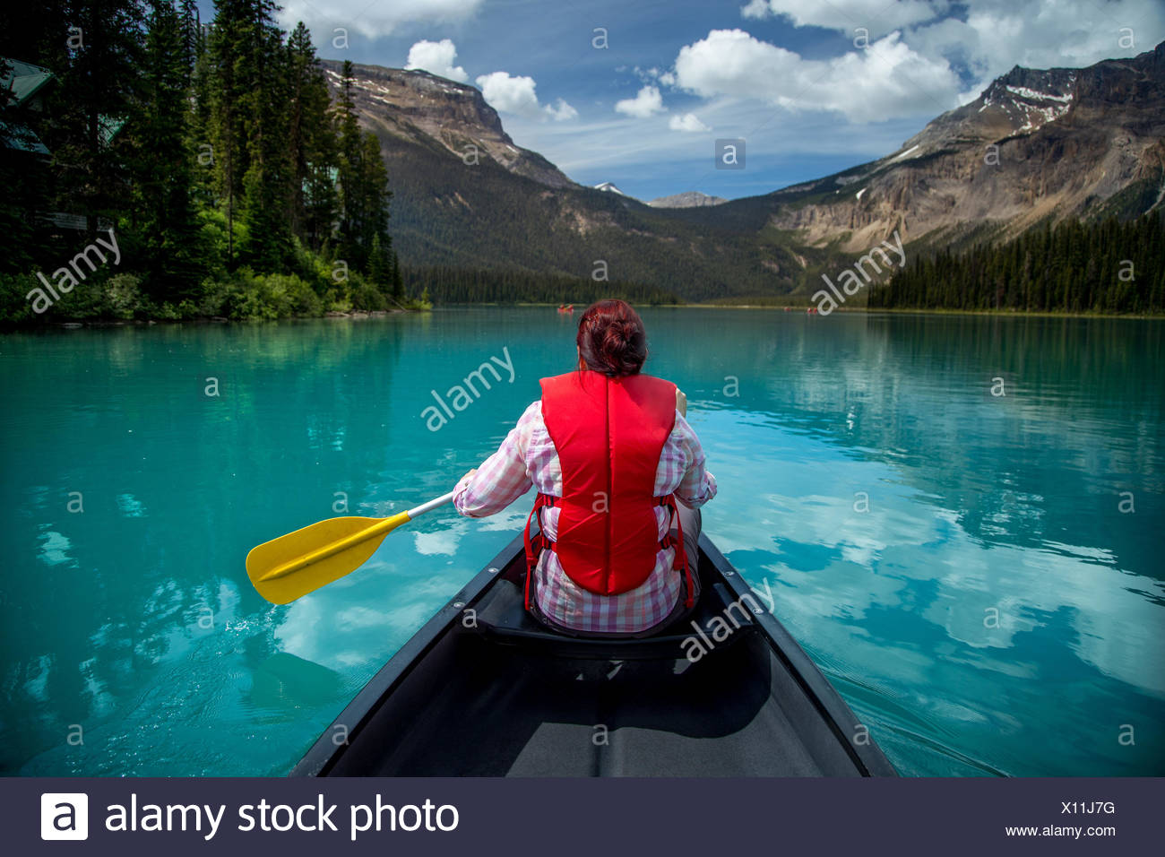 Femme canoë à Emerald Lake, le parc national Yoho, Colombie-Britannique Canada Photo Stock