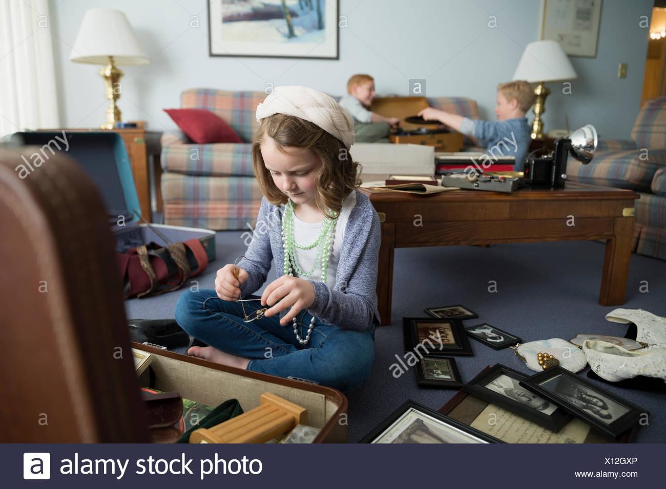 Curieux girl en passant par memorabilia Photo Stock