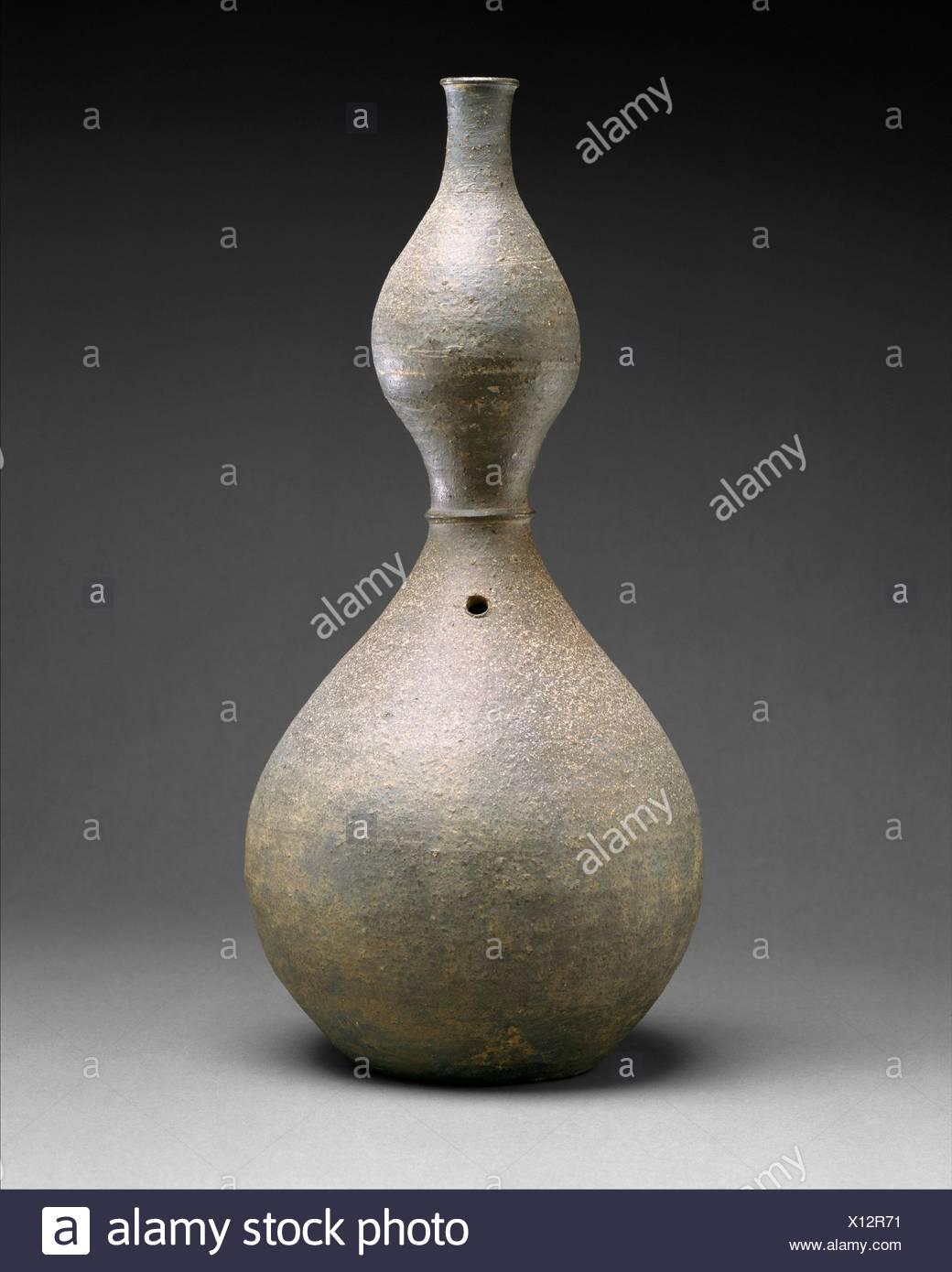 Période: dynastie Goryeo (918-1392); Date: début du xiie siècle, Culture: Corée; moyen: Grès à glaçure cendre accessoires; Dimensions: H. 16 3/8 in. Photo Stock