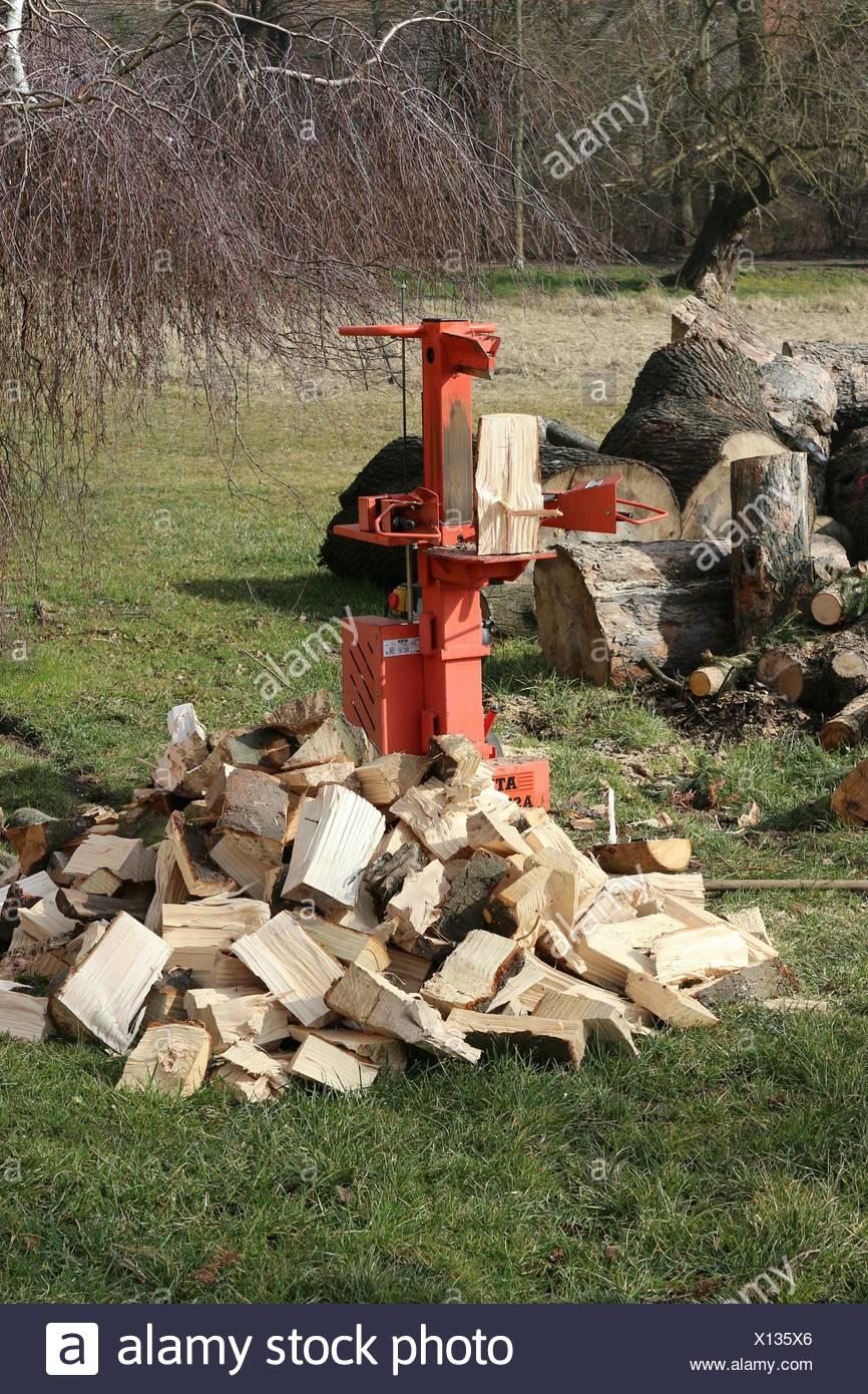 Pile de cubes de bois de coupe et de mettre en Œuvre sur les herbages Photo Stock