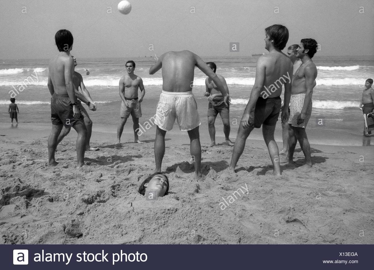 Un homme sans tête jouant au football sur la plage d'Algésiras. Photo Stock