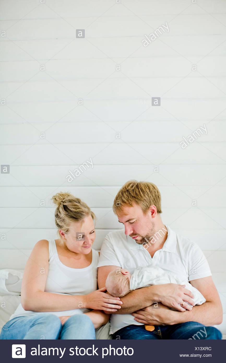 Père holding baby boy (0-1 mois) dans ses bras Photo Stock