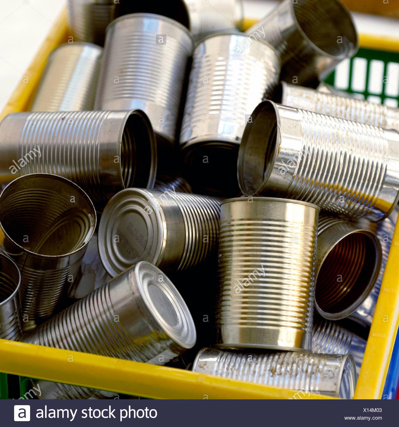Les boîtes de conserve dans une boîte de recyclage Photo Stock