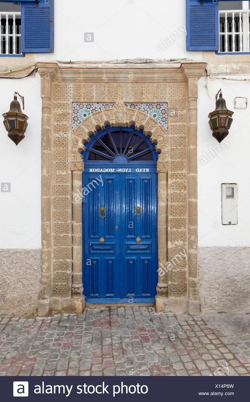 Porte bleue d\'un riad, d\'un jardin intérieur, à Essaouira, la région ...