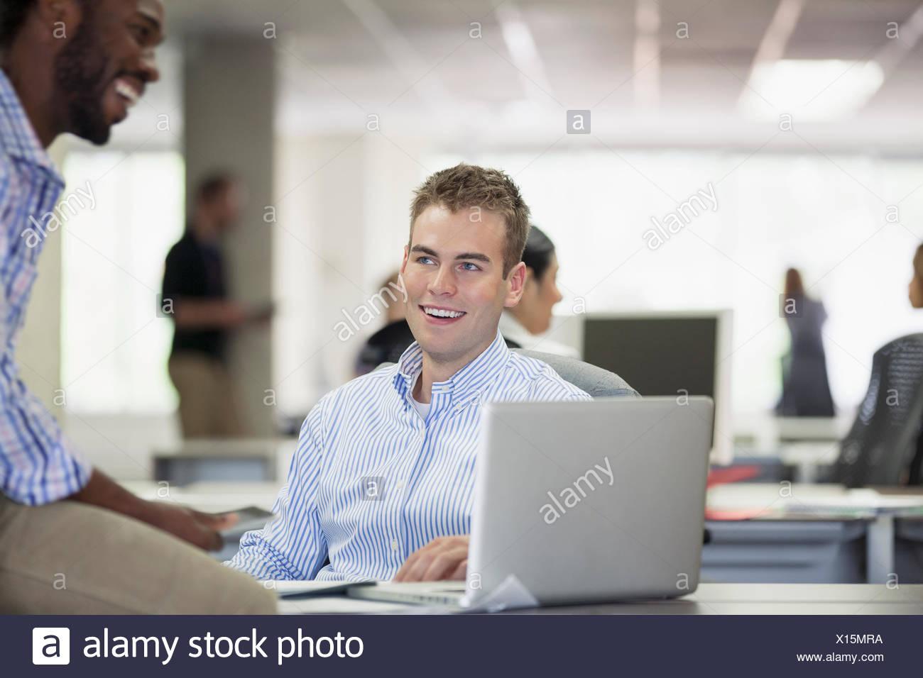Les collègues partageant un rire de l'office Photo Stock