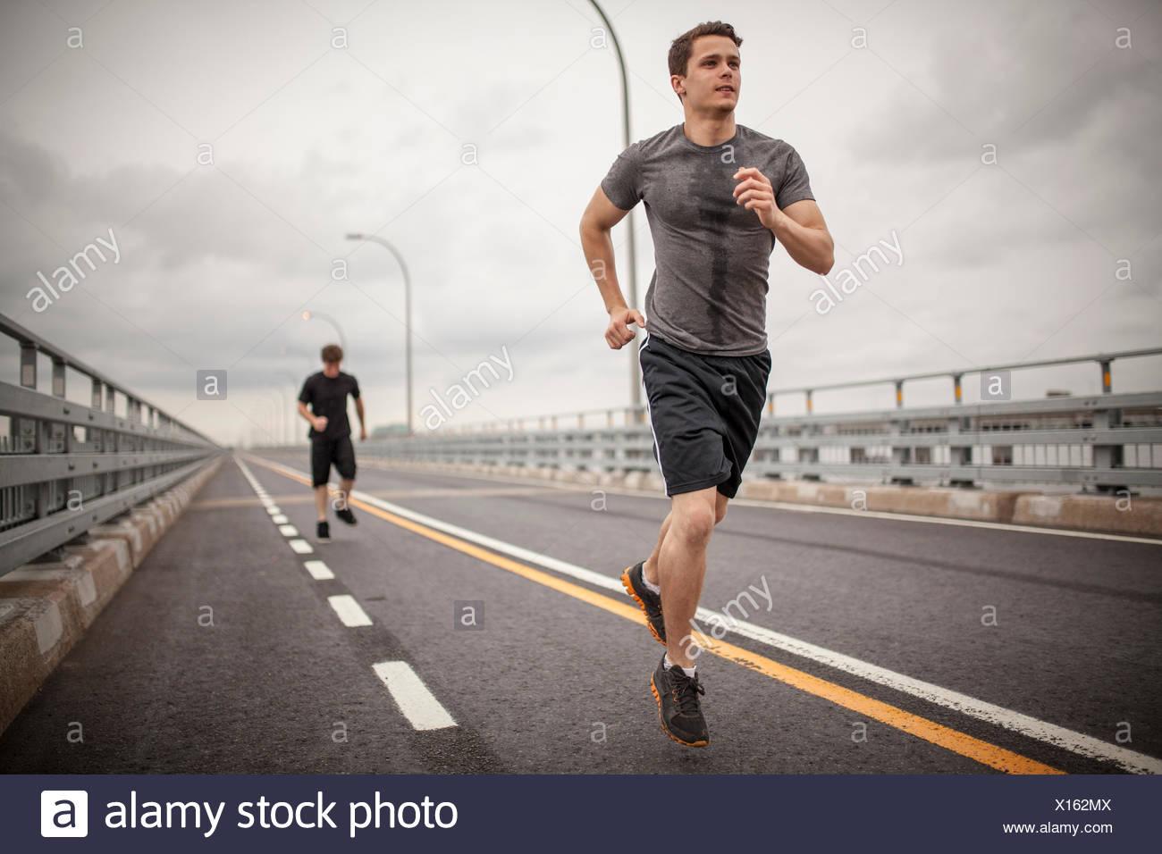 Les jeunes hommes le jogging Photo Stock
