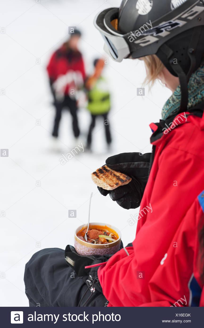 La Suède, Stockholm, Bjorkhagen, Hammarbybacken, Woman holding bowl avec repas Photo Stock