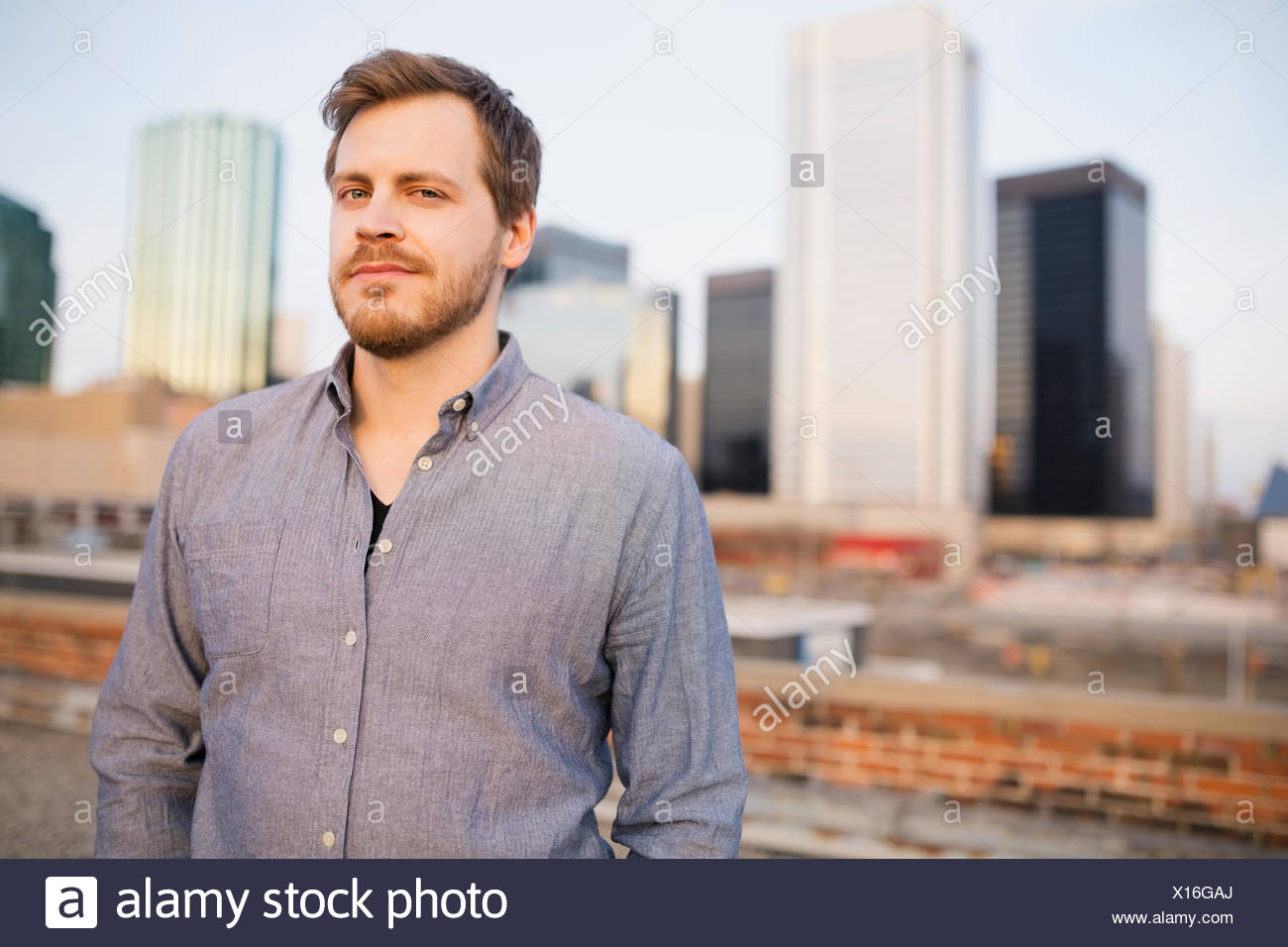 Portrait de l'homme on urban rooftop Photo Stock