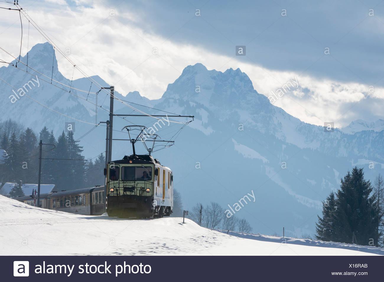 Saanenland, express, Golden Pass, Saanenmöser, montagne, montagnes, Winters, gare, train, chemin de fer, le canton de Berne, Switze Banque D'Images