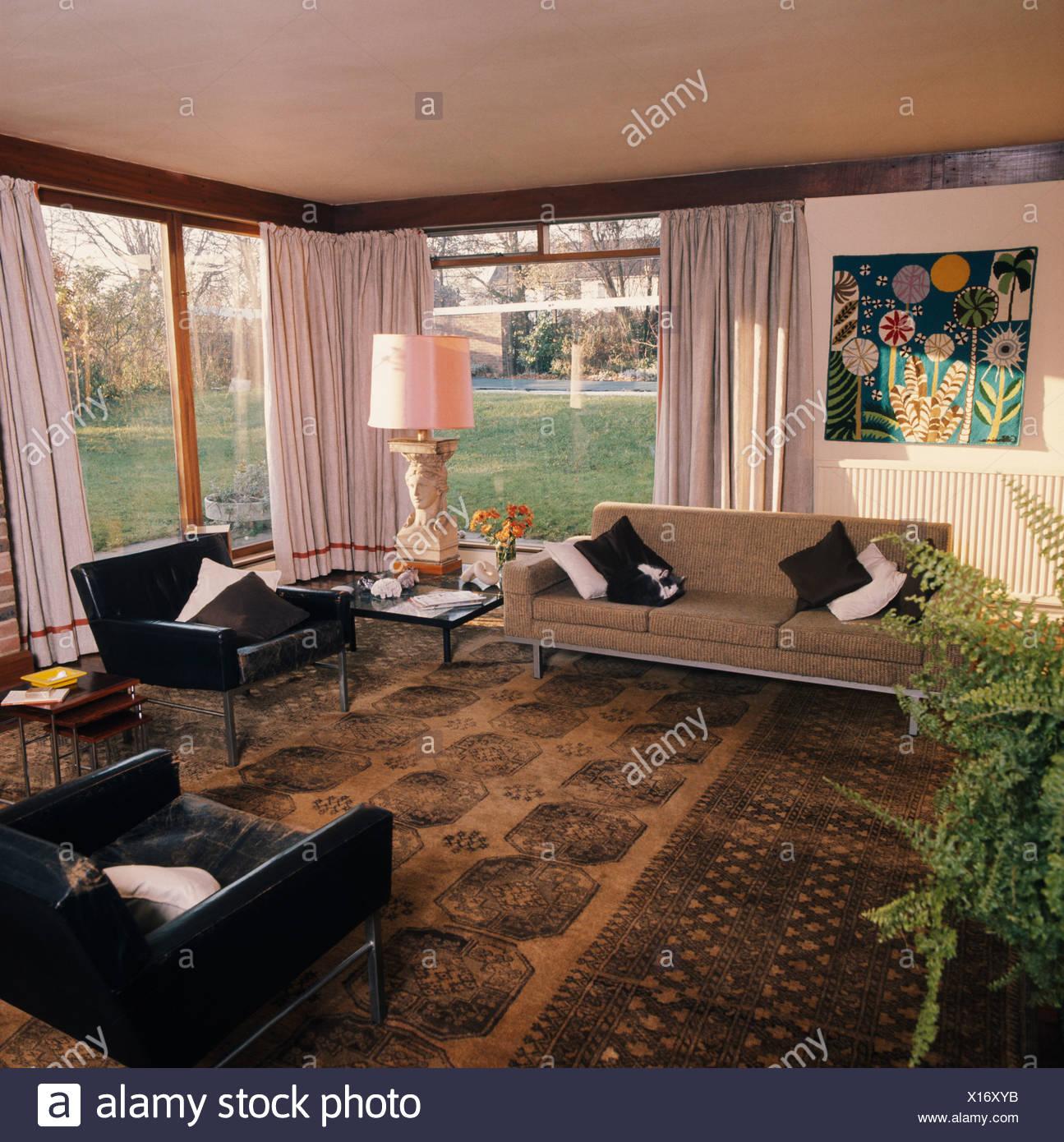 Fauteuils en cuir noir et beige canapé dans années 60 salon avec ...