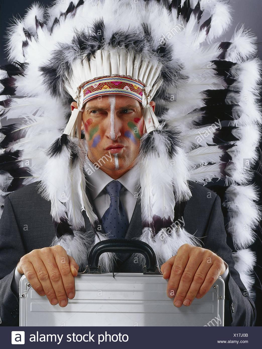 Les Indiens Dirigeant La Peinture De La Guerre Poursuite Bijoux