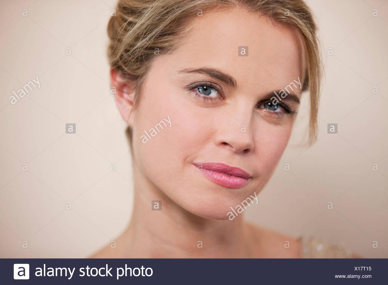 Une jeune femme avec ses cheveux en place, à la recherche à l'appareil photo Photo Stock