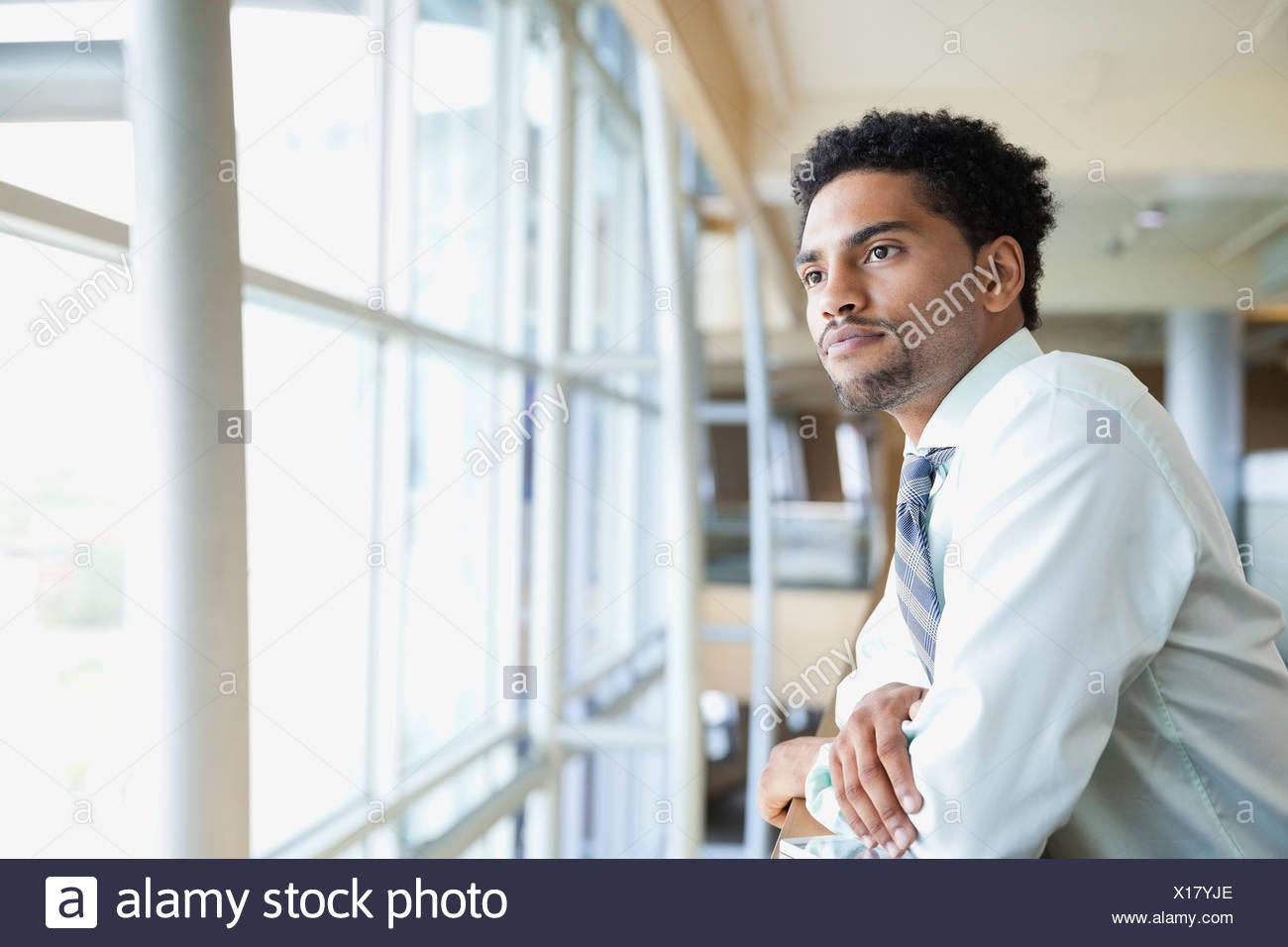 Vue latérale du businessman leaning on railing Photo Stock