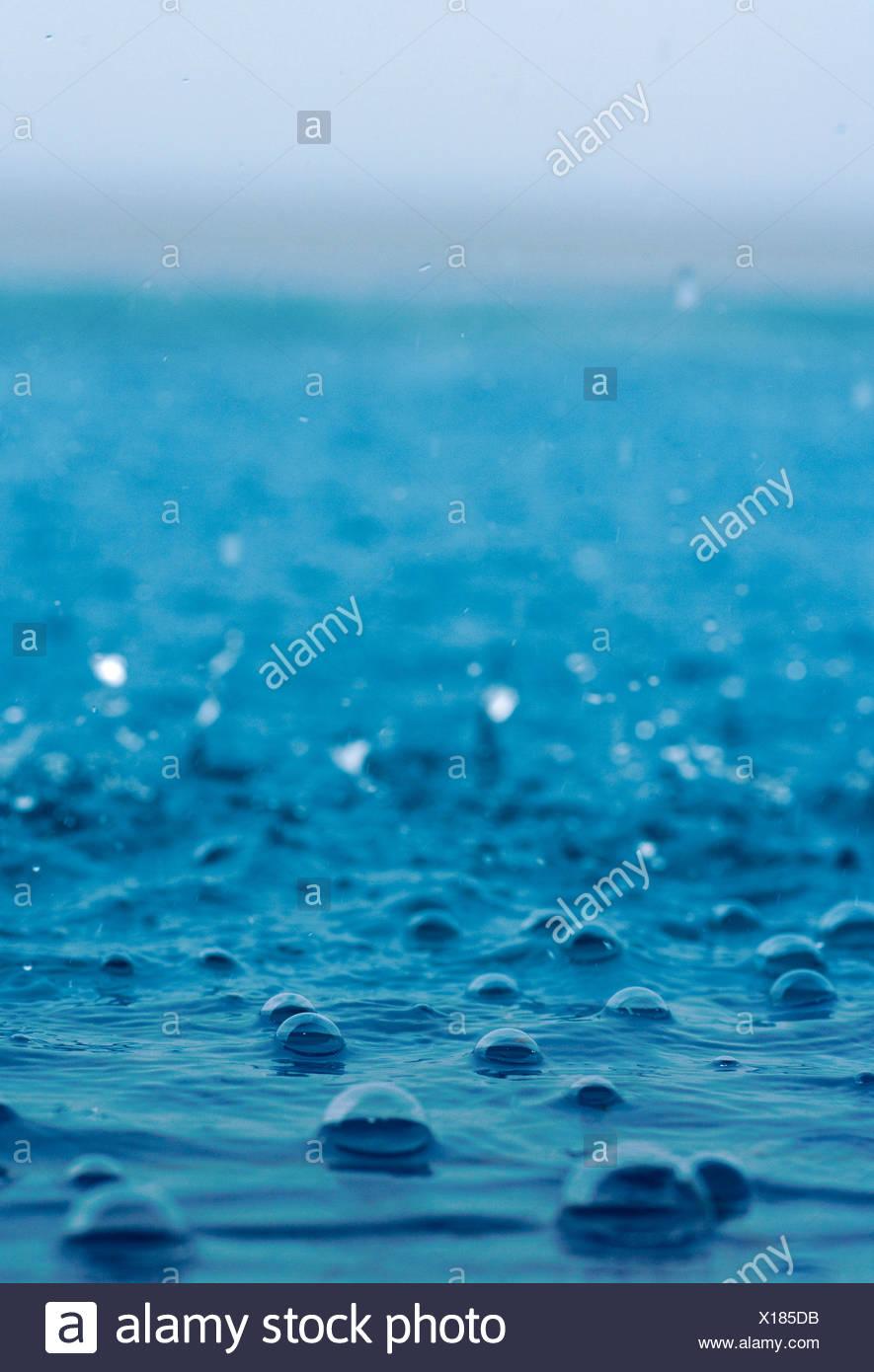 Les gouttes de pluie tombant dans la mer, l'Indonésie Photo Stock