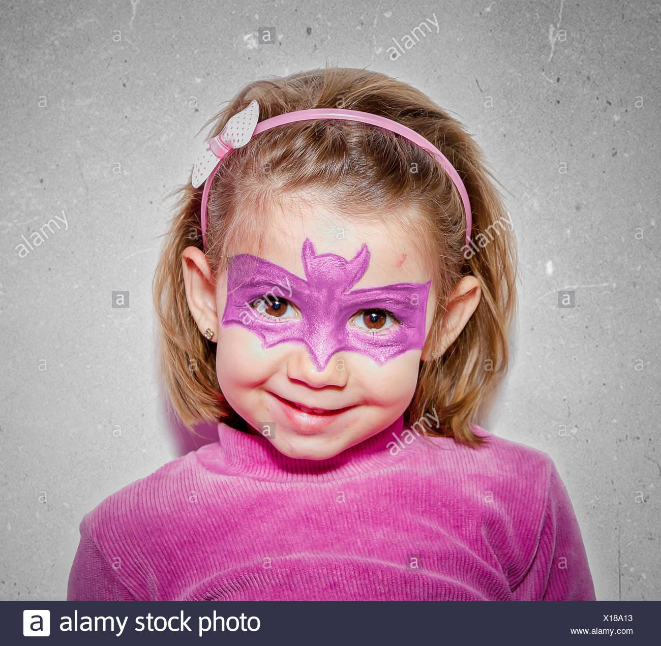 Girl (2-3) with bat dessiné sur le visage Banque D'Images