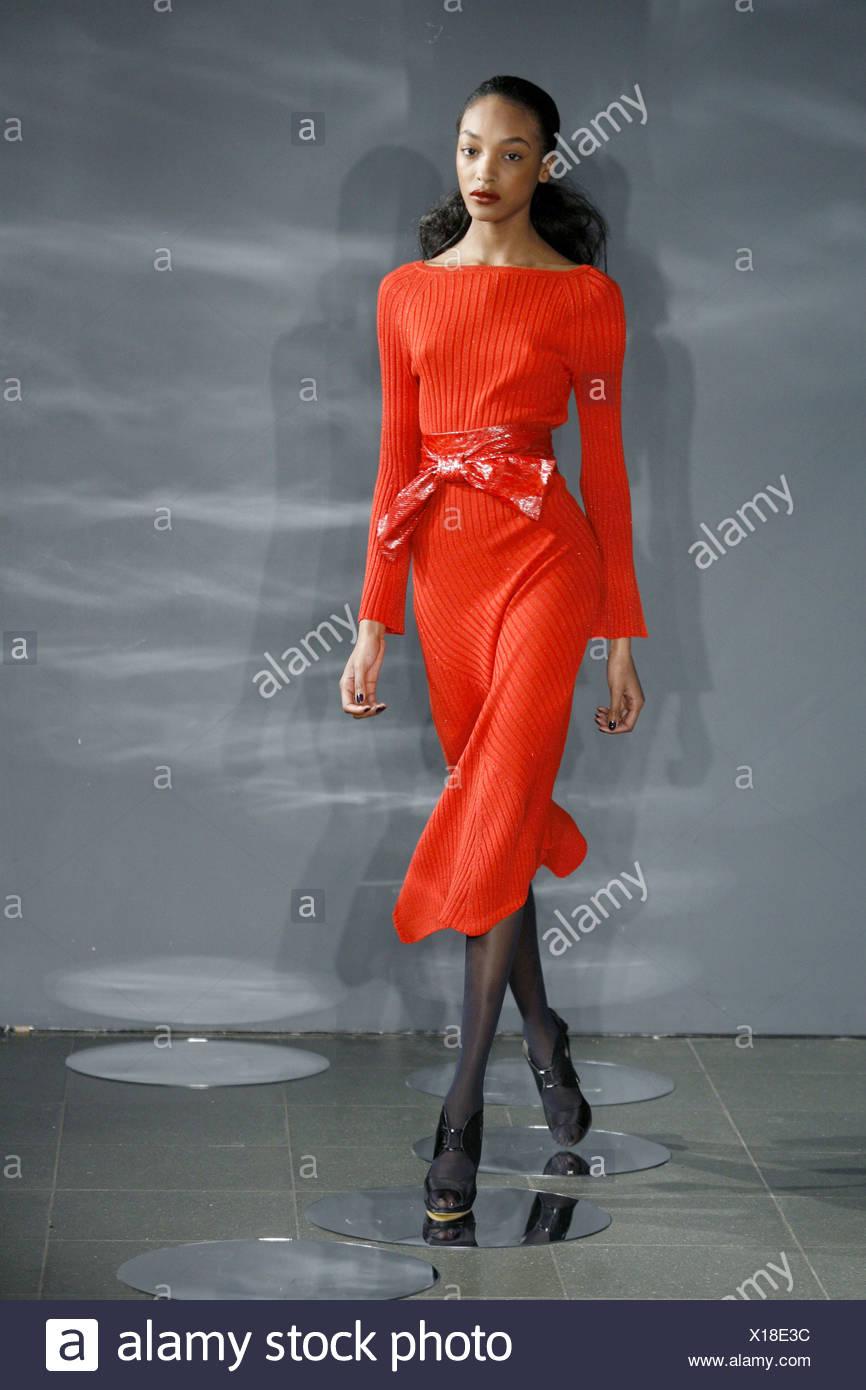 266ac01aa52 Ossie Clark Londres Prêt à Porter Automne Hiver de porter une chemise à  manches longues robe rouge avec ceinture à nouer.