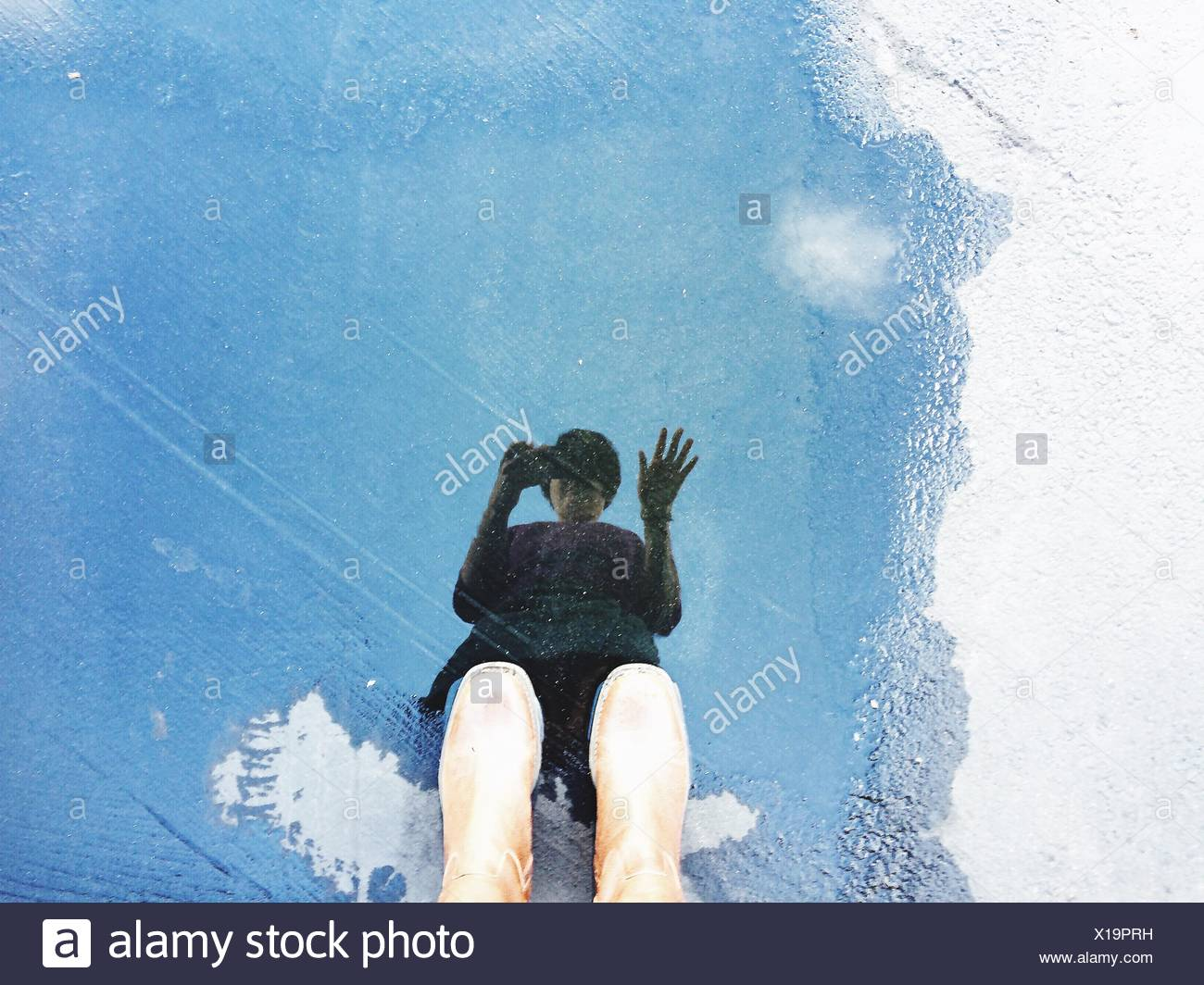 La réflexion de la personne dans l'eau Photo Stock