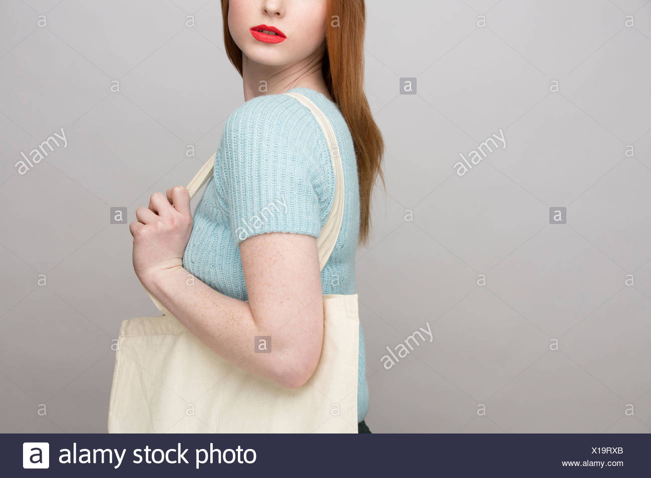 Portrait of young woman holding Shopping bag Banque D'Images