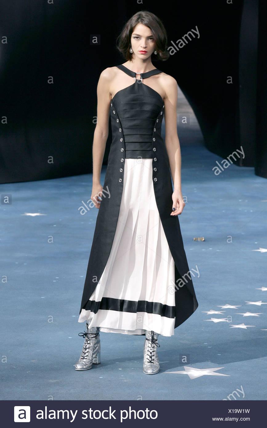 Prêt à Porter Paris CHANEL Printemps Été modèle Mariacarla Boscono italien  portant halterneck robe plissée couleur ca57955ce48