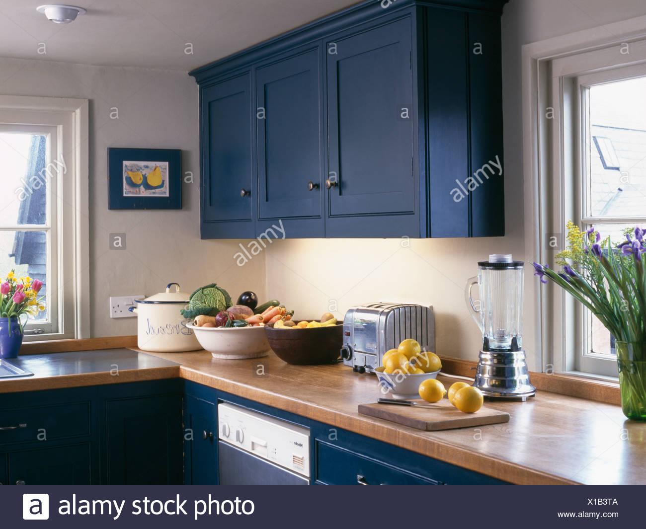Plan De Travail Bleu placard équipé bleu au-dessus du plan de travail en bois