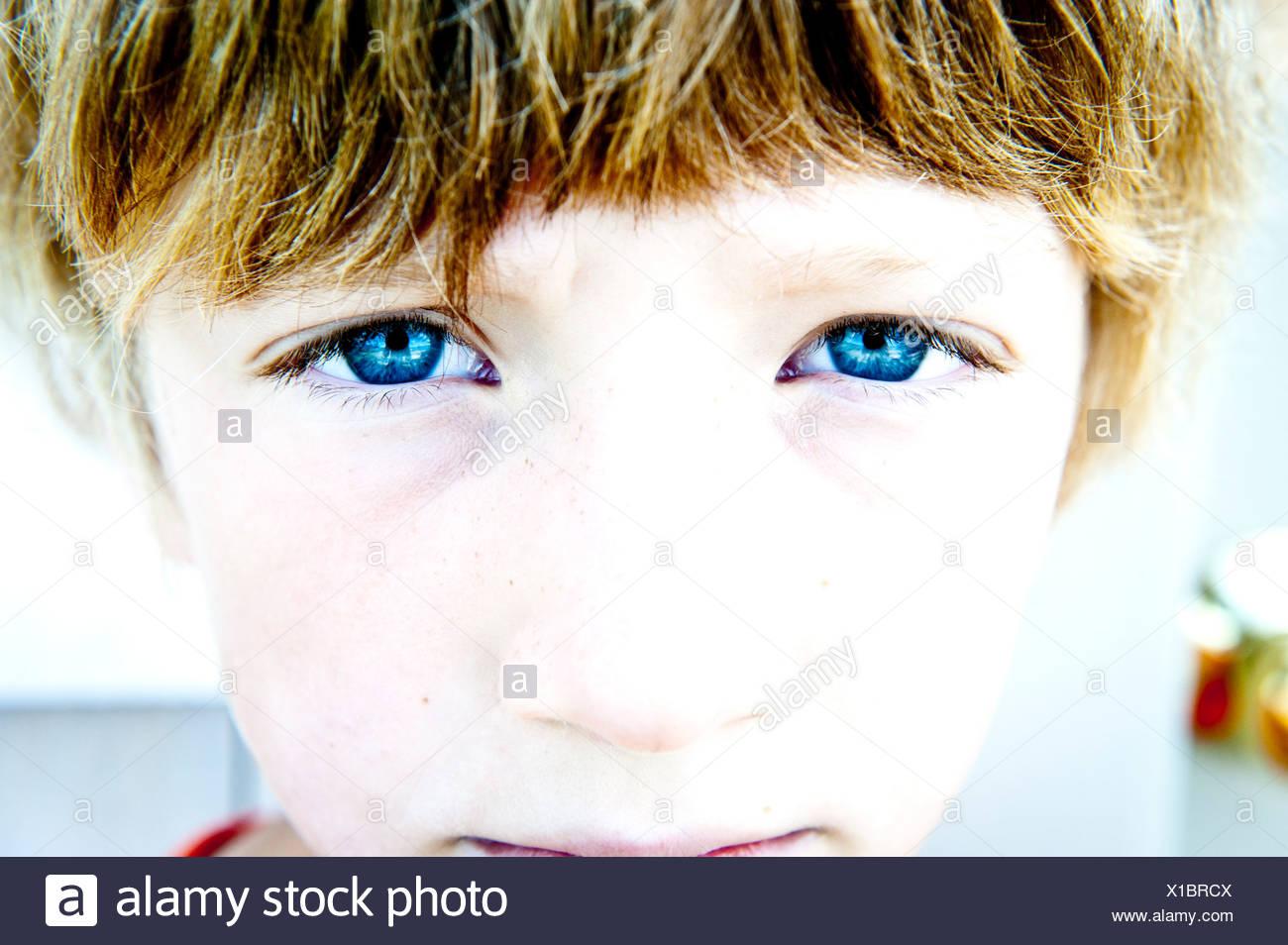 Une paire de yeux bleus regardant la caméra Photo Stock