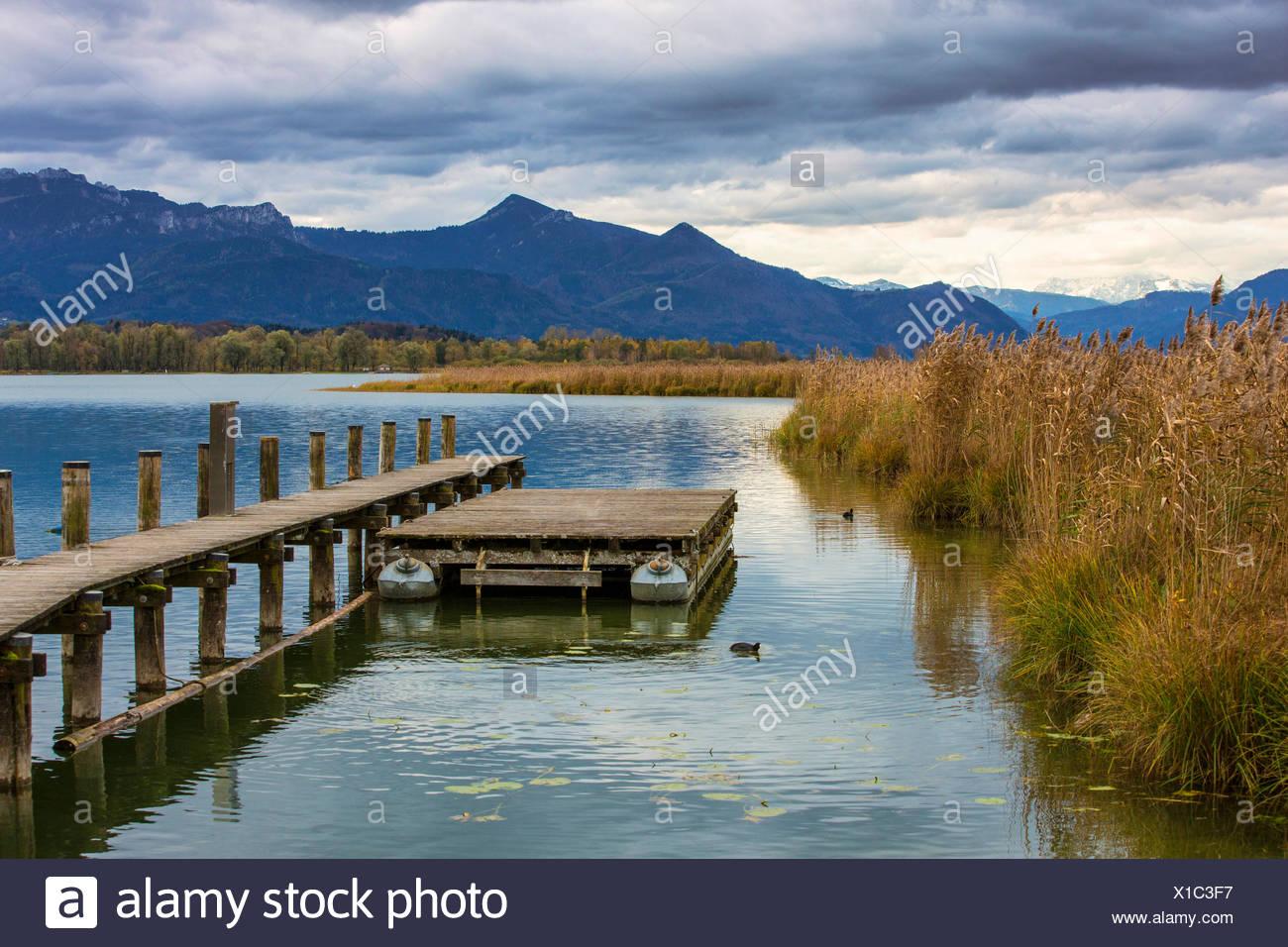 À l'automne Le Chiemsee en face de paysages des Alpes, de l'Allemagne, de Bavière, le lac de Chiemsee Photo Stock