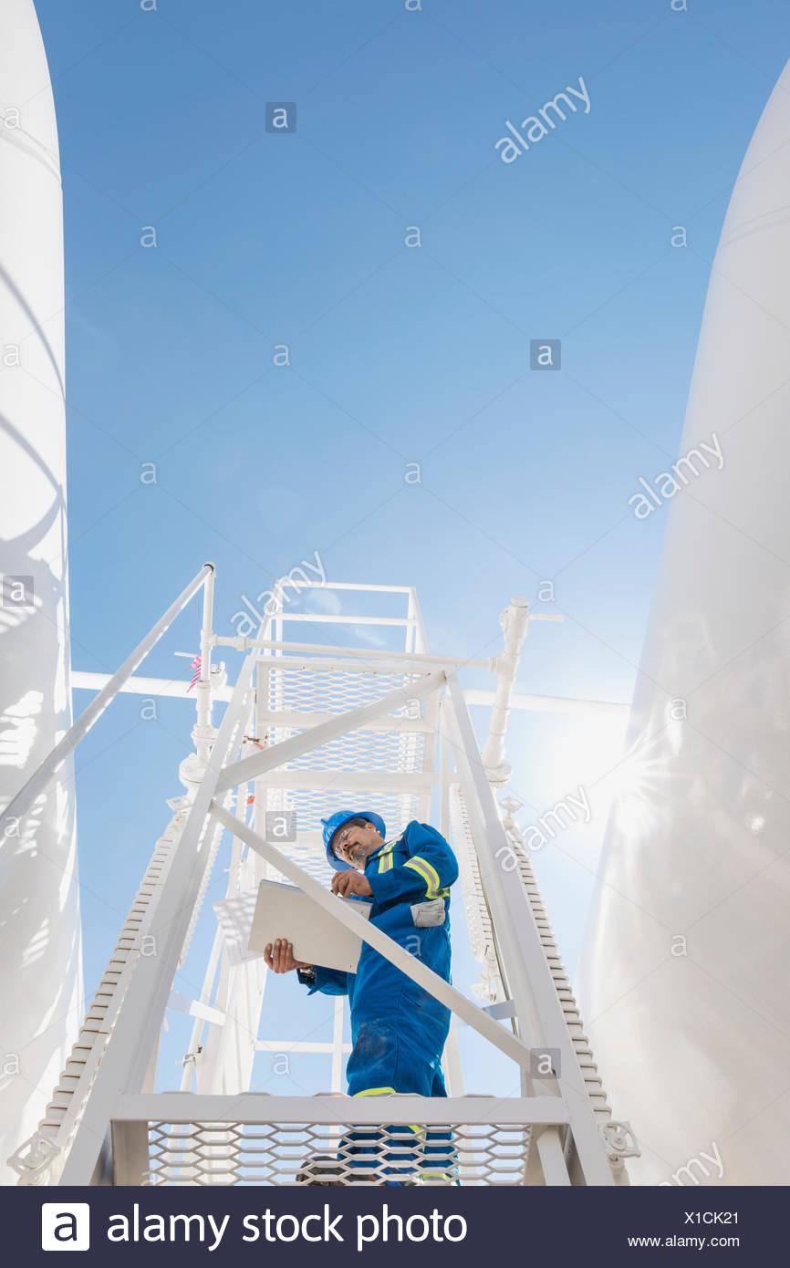 Travailleur masculin sur la plate-forme à l'usine à gaz Photo Stock