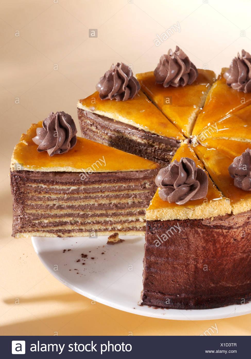 Tranches de gâteau Dobos sur une assiette, le hongrois