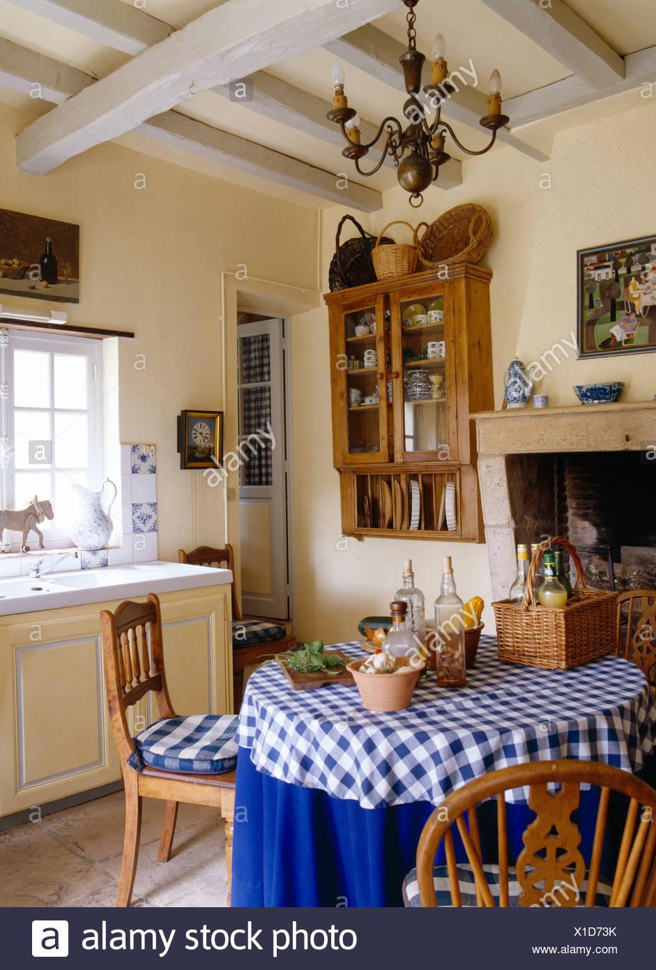Vérifié et chiffons bleu sur table circulaire en français cuisine de ...