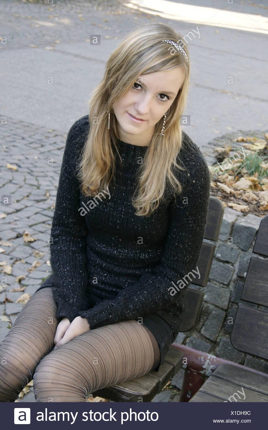 Un Très Assise Jupe Banc D Femme Avec Mini Banque Jolie Jeune Sur 6gbvfY7y