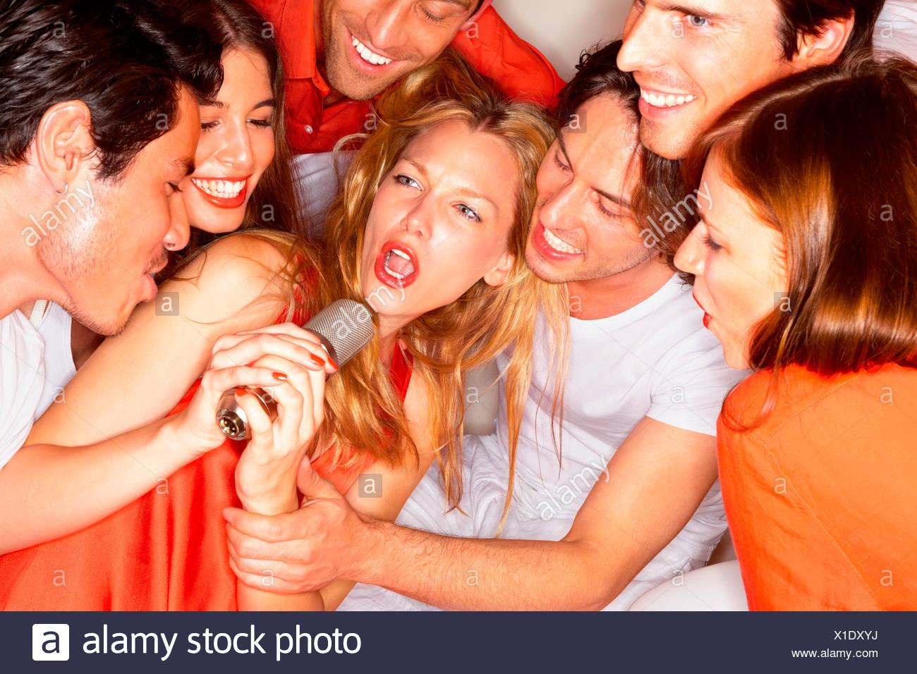 Les jeunes chanter ensemble dans un club de nuit Banque D'Images